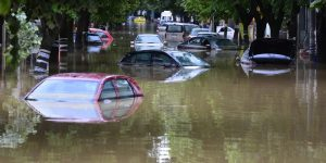 Obrenovac, 18. maja 2014.- Automobili pod vodom. Voda se polako povlaci iz Obrenovca, saopstilo je Ministarstvo unutrasnjih poslova, upozoravajuci gradjane da povratak jos nije moguc.Pripadnici specijalnih jedinica MUP-a i Ronilackog centra Zandarmerije ucestvuju u akciji spasavanja gradjana.FOTO TANJUG / SRDJAN ILIC /nr